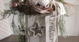 Edler Weihnachtsschmuck Auf dem rustikalen, weiß getünchten Holzbalken