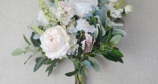 Dieses Boho-Bouquet ist voll von wunderschönen, pastellfarbenen Blumen und viel Grün. Alles ...